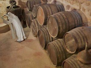 Monjes elaborando vino